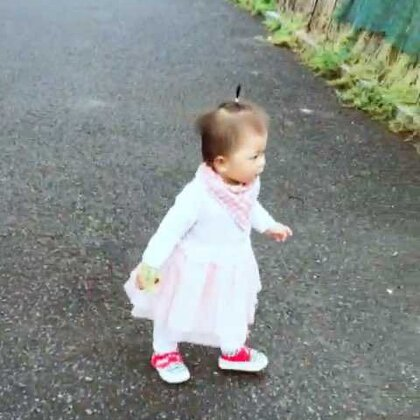 出来寻宝了?#宝宝##萌宝宝##宝宝学走路#12个月➕19天#宝宝爱树叶#