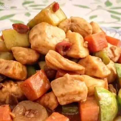 加了这个,鸡胸肉会嫩的出水呀!蔬菜可以根据自己的喜好选,尽量放口感比较脆的。不喜欢吃辣椒的朋友可以不放小米椒。这个菜很适合做给小朋友,拌着米饭一口下去,有肉有饭又有菜!酱爆鸡丁#家常菜##美食##我要上热门#@美拍小助手 @美食频道官方号
