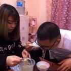 绝对亲爸妈!儿子吃饭都不用筷子!#搞笑#