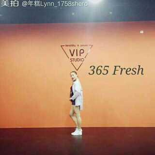 365 fresh#舞蹈#上完一节课跳这个舞真是累死了?泫雅的feel很难抓,感觉我快抽搐了哈哈哈?等我练熟再重录一遍完整版,感觉我欠了好多舞啊?@敏雅可乐 #敏雅音乐##金泫雅& triple h - 365 fresh#