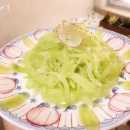 莴笋这么吃😈,无油零脂肪,既可以当健身餐吃,也可以配上喜欢的肉菜丫😲!做法是:一根莴笋去皮切成丝,放盐和一点点糖腌制出水,稍微攥干,加入两瓣蒜切的蒜末,就开吃吧!#美食##家常菜##我要上热门#@美食频道官方号 @美拍小助手