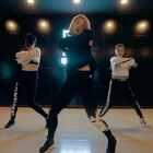 一组Power型爵士就足以撩动人心!当脚步踩在拍子上,身体跟着音乐节奏舞动时,你就成了舞台中央的主角。当她们一出场,看到这劲爆的#舞蹈#时,整个人都开始燃起来了!单色舞蹈骄骄@Desperados-Acat #原创编舞#✌✌