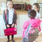 放学回来的三娃,开启表演模式🤦🏻♀️😅姐姐和弟弟俩互换角色,二小姐作为观众非常捧场,全程哈哈哈哈😬😬😬
