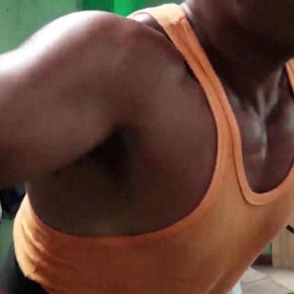 古巴的健身房,是一个荷尔蒙分泌旺盛的地方,这里散发着充满钢铁气息的运动器械,还有一个个肌肉紧实的外国型男。走进健身房,雷探长带你一饱眼福。#冒险雷探长#