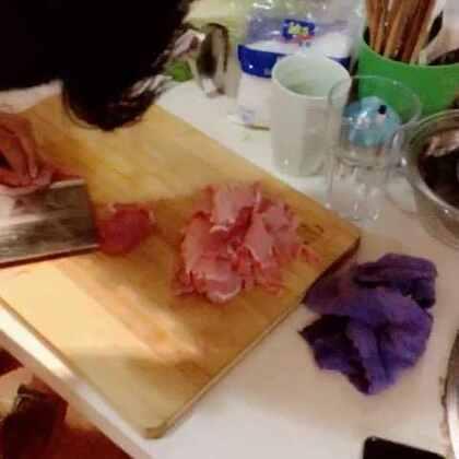 #吃秀##自制美食# 锅包肉,辣椒炒鸡蛋,没录好,关键的都没录上…一直在旁边玩儿