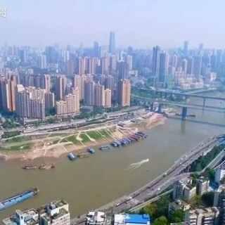 """山水之都,美丽重庆(上)--美摄帅哥出品🚠🚢🌇重庆是一座美丽的山水城市,长江、嘉陵江环城而过,城市依山而建、临江而筑,层叠向上、气势磅礴。重庆是一座名副其实的""""江城""""、""""水城""""、""""桥都"""",以山水都市享誉世界。#旅行##热门##航拍#@美拍小助手"""