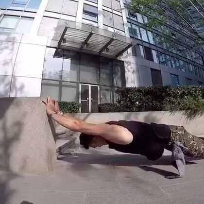 跑酷大叔用跑酷的训练方法练出有用的肌肉和力量!#男神##穿秀##pushup#