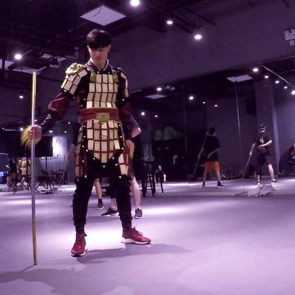 第一次穿上这个盔甲跳,#arena2017全球齐舞大赛#排练大家都在挨个的审核动作,然后我就来了哈哈,中间@DragonAir-小龙 还那么搞笑演了一番,在严厉的训练之下我们还是挺会玩的,@RMBCrew 因为#舞蹈#在一起真的是特别开心!#JowVincent#