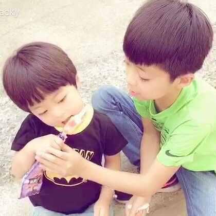 #一步一年##年 三岁##宝宝#接哥哥放学时一人一根冰棍,速度慢的就只能这样被人盯着吃了😂