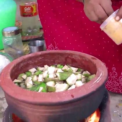 印度人吃香蕉:青香蕉切碎,先炖再炒,看起来很好吃的样子.