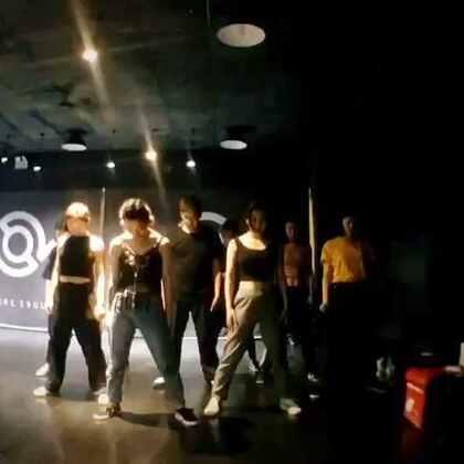 本周#DaDisco#Beijing Routine 片段。 今晚练习了身体左右的切分,在不同方位和pose的基础上做waack,还学习了四个新的soul step,最后和踢腿转圈行进下腰等技巧进行结合。 好喜欢大婷婷团训,太对我的胃口啦哈哈哈😍 #舞蹈##Waacking#