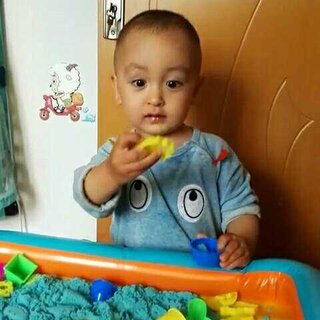 爱玩沙子的小V。沙子只给了他十分之一,铲子也没收了,要不实在是伤不起啊😂😂。#宝宝##混血宝宝#2岁零一个月
