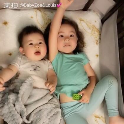 想我们了吗?有爱的姐弟俩😘😘😘#宝宝# 路易斯现在6颗牙了😁#BabyZoe&Louis #