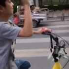 #一步一年##宝宝#在大学校园里骑单车~请丢鞋垫的同学在第二食堂门口转盘处认领😂