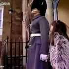 英国一位妈妈带着妹妹,来探望刚当上皇家卫兵的哥哥。妹妹想去和哥哥合影,哥哥在岗位上不能动,但还是悄悄握紧了妹妹的手。好暖心❤