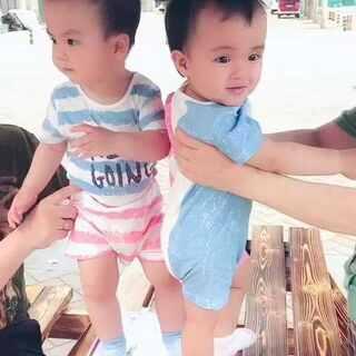 #龙凤胎兄妹俩# 今天兄妹装走法兰西style😛 起风咯 ☁️雨季要来了☔️ #宝宝穿搭##双胞胎的日常#