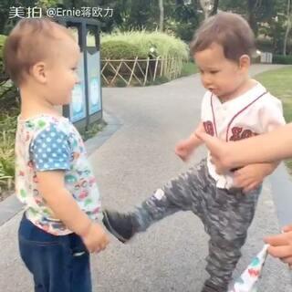 熊孩子打架很搞笑。最后他们还是好朋友哈哈哈哈#宝宝##搞笑##混血ernie#