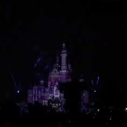 #带着美拍去旅游##上海迪士尼乐园#今天去迪士尼玩了一天,晚上的烟花表演太美了。