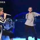15岁少年实力尬舞红遍全球,独特的舞步魔性又洗脑!水果姐Katy Perry都把他带到SNL舞台上表演,舞步虽然喜感,但是节奏居然很搭!骚年硬是凭借他的招牌动作占尽风头😂