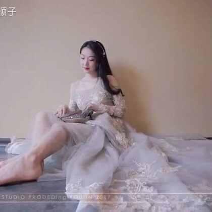 愿所有女孩儿的梦境里,都有灰姑娘的水晶鞋,也有童话里的南瓜车,更有无畏亲吻你的王子,当梦醒来,你和王子相视而笑,幸福相拥。喜欢的婚纱之一[得意]#女神##婚纱礼服##我要上热门#
