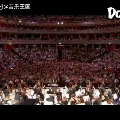 厉害了! The BBC Proms演奏的《哈利波特》主题曲现场版,前奏一响起就画面感十足,会飞的汽车,漂浮的楼梯!!!好一场听觉盛宴。。好听的鸡皮疙瘩都起来了#音乐#