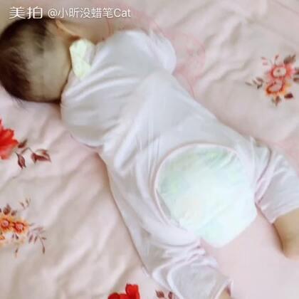#宝宝#正睡觉呢,自己翻过来趴着又睡了😪