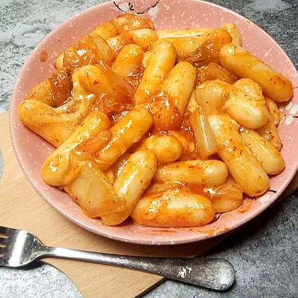 芝士炒年糕,想要洋葱,没有。想要胡萝卜,没有。好吧,只能用辣白菜了.....芝心的确实比较好吃,因为有芝士的味道。#美食##我要上热门##端午食香#今天拍摄,今天剪辑,今天发。