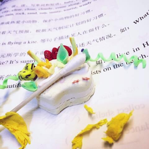 一个超丑的自制纸粘土蛋糕