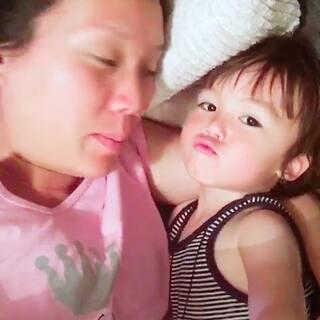 #宝宝##搞笑##混血宝宝##荷兰混血小小志&柒#😢求吻被无视了,小志被自己迷的不行,拼命给自己飞吻,就是不鸟我的求吻... ...