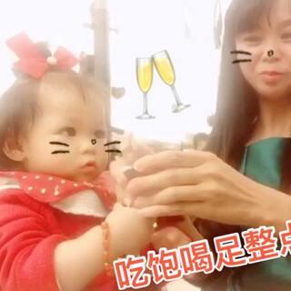 吃饱喝足整点'白'的😆我端着杯子把宝贝撩生气了🤣满共舔了三下吧,有点刺激😂#搞笑宝宝##吃秀##宝宝#13+9