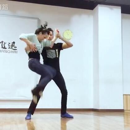 来看看我和搭档训练和编排作品的样子吧!工作中需要专注和专业的态度、舞蹈才会美好