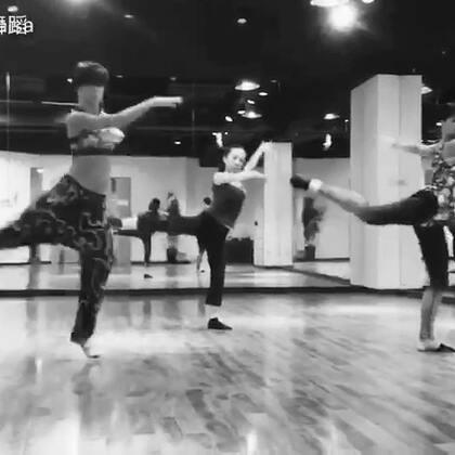 【狂想曲】和两个175左右的超强外国女舞者一起三人舞,压力有多大,你造吗!😝😝