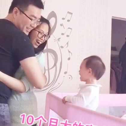 无意间发现,每次爸爸抱我,丸子🍡都会特别不满意…原来,10个月大的她已经开始吃醋了!是醋爸爸还是醋妈妈?😂😂😂