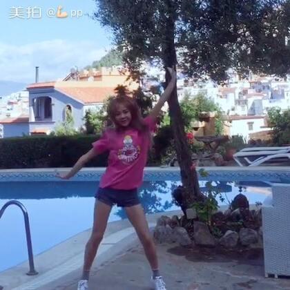 #舞蹈#最近总是在半夜更新 哈哈哈,在舍夫沙万的酒店里,信号真的很差但是酒店太美了,舍夫沙万太美了,好几天没有练舞了,地上很多小石子站不稳~看的开心就好,别纠结动作,哈哈哈哈哈哈哈哈哈,8个小时的时差 好想你们~照片都发在微博里了,快来看我https://weibo.com/u/1974145444 #带着美拍去旅行#