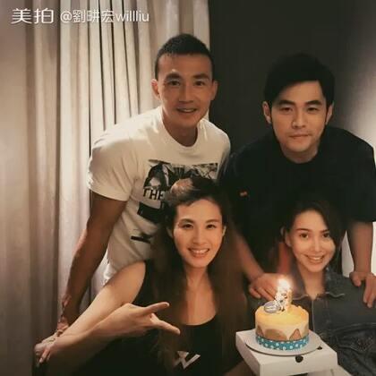 5月31號 這一天是我親愛的老婆@王婉霏7 生日,她不想辦趴,那就只能跟好友親人們一直吃飯慶生囉⋯⋯😆誰送的蛋糕這麼大啊?