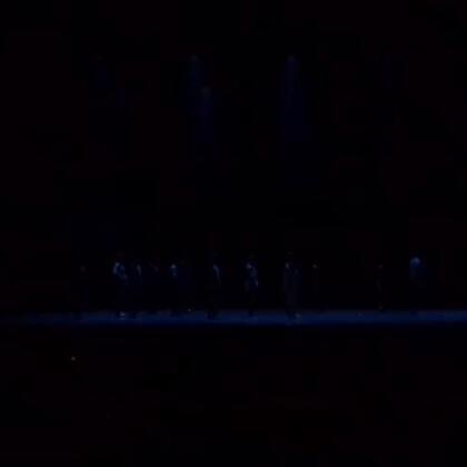 北京大学生舞蹈节展演 现代舞团作品《侠客行》 编舞来自:Kinjaz 把大神团队不同的作品结合在一起再加上一些中国风元素使得整个舞蹈在这个舞台上十分独特和新颖 当然还要谢谢人大的灯光真的太好了,帮这个舞蹈加了不少分。你问我在哪?最胖的那一个就是啊😄#Kinjaz#