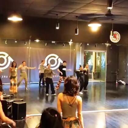本周#DaDisco#Beijing 团训内容: Breakdown饱满程度,质感的切换,手和身体的协调(跟歌词),小幅度及框架的pose,转圈,拍子的切换等。复习了pose throw touch,跟不同的拍子和不同的状态切换。 无音乐battle等