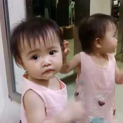 #宝宝##萌宝宝##可爱宝宝#趁爸爸进去试衣服,我们在外面玩照镜子😜😜