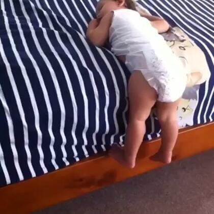 #宝宝#几十秒前还在嚎叫想让麻麻帮一把,突然没声了,去看发现挂那睡着了😁