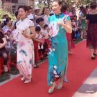 社区组织的旗袍秀 妈妈也秀一下👍#妈妈美美哒# 妈妈穿的是蓝色的旗袍😋 今天也是妈妈的生日 祝妈妈永远年轻漂亮😘😘😘