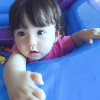 十个月的Sylvia终于冒出两颗牙齿。现在小家伙听到音乐会手舞足蹈啦#宝宝#