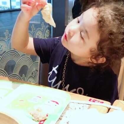 昨晚在鼎泰丰吃小笼包,momo看我们都是一口一个,她说她长大了,非要这样吃😂😂😂😂(她只吃皮不吃肉馅) #mo吃饭#