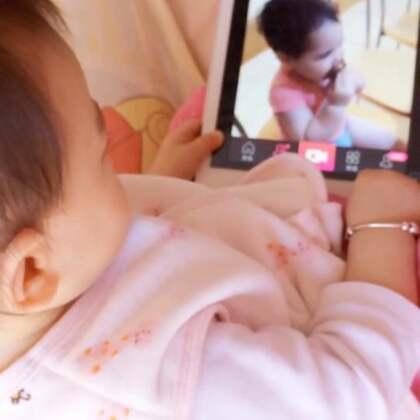 妈妈在看gaya@Babybarak 偷吃辣排骨的视频,被丸子🍡偷看到了(我一般不在她面前玩手机和iPad)丸子🍡馋得不行,小嘴一张一合的😋😋,把iPad抢了去,认真地看gaya姐姐辣辣😂😂(妈妈希望你可以学习姐姐自己乖乖吃饭饭。11M➕10D)