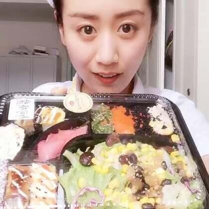 小护士午餐寿司🍣套餐😍😘好好吃😬赞赞赞👍#5分钟美拍##吃秀##我要上热门@美拍小助手#最近睡不好,黑眼圈很重😑
