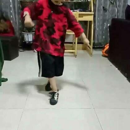 阿默讲解舞蹈<YOU>的分解动作,用他自己鬼马行空的见解来讲解动作,孩子就是孩子想象力就是丰富😁😁😁