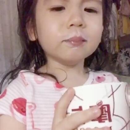 #annie环游记#在中国🇨🇳上半段是晚上吃火锅,下半段是睡前喝奶,喝着喝着annie说她闻到臭味,来自我的衣服🤣每次吃完火锅浑身是味,但还是好喜欢好喜欢吃火锅啊!#宝宝#