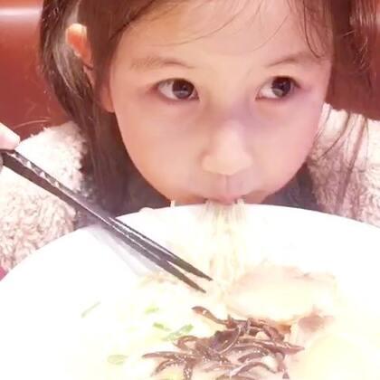好久没拍她吃饭了。咱能来一口大一点儿的嘛🍜😅。饭点儿祝各位好胃口 #宝宝##吃秀##糖小希#