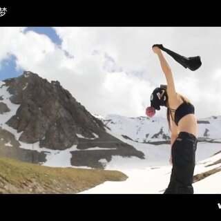 1617滑雪季 长达9个月 最后我们在独库公路结束了这个最长雪季。此片谨献给爱滑雪的雪友们 欢迎大家下个雪季来新疆爽滑。——石河子玩味思考滑雪俱乐部单板大梦制作。#滑雪##单板滑雪#