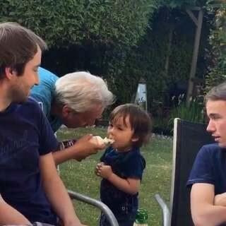 #宝宝##搞笑##温馨的祖孙俩##荷兰混血小小志&柒#爷爷又开始老顽童了😂,挤奶油到小志的手指上吃,我说等一下,我拍一下,爷爷很配合的加大恶搞程度,要志张大嘴,喷奶油... ...😂😂😂