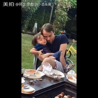 #宝宝##父亲节秀恩爱##混血宝宝##荷兰混血小小志&柒#志爸爸要抱抱小志,说抱抱!被小志嫌弃了,推开他爹说,不要不要,不需要... ...😋😋😋
